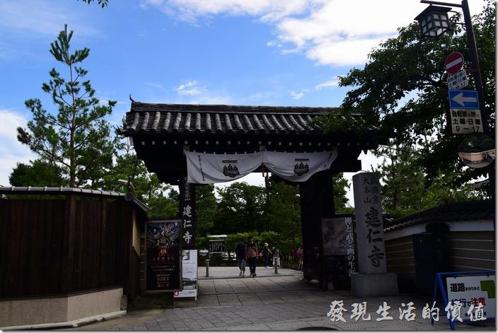 沿著「花見小路」一路走到底就是「建仁寺」,一般都會在循原路折返。