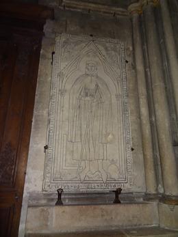 2017.10.22-049 pierre tombale de Hugues Libergier dans la cathédrale