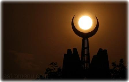 луна на мечети