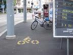 La piste cyclable de la plaine de Plainpalais : la multi-usage. Stationnement pour les puciers, endroit stratégique pour les pylône du tram, endroit idéal pour les affiches de votation et parking pour cycliste. Photo: Gabriele