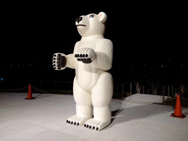 夜富山県美術館シロクマ