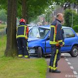 Auto frontaal tegen boom op J.R. Stuutstraat Nieuwe Pekela - Foto's Dennie Gaasendam