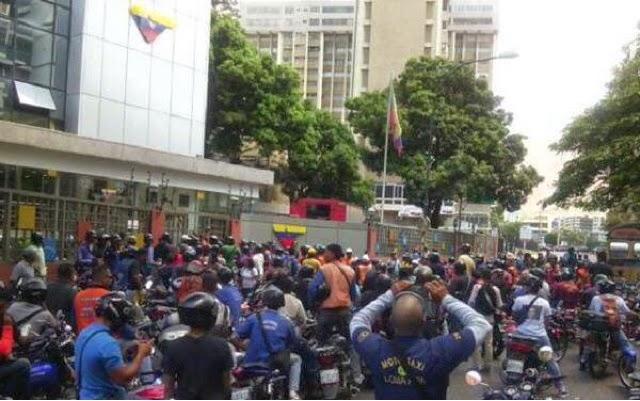 """Motorizados sembrados por el gobierno """"protestan"""" por niños secuestrados"""