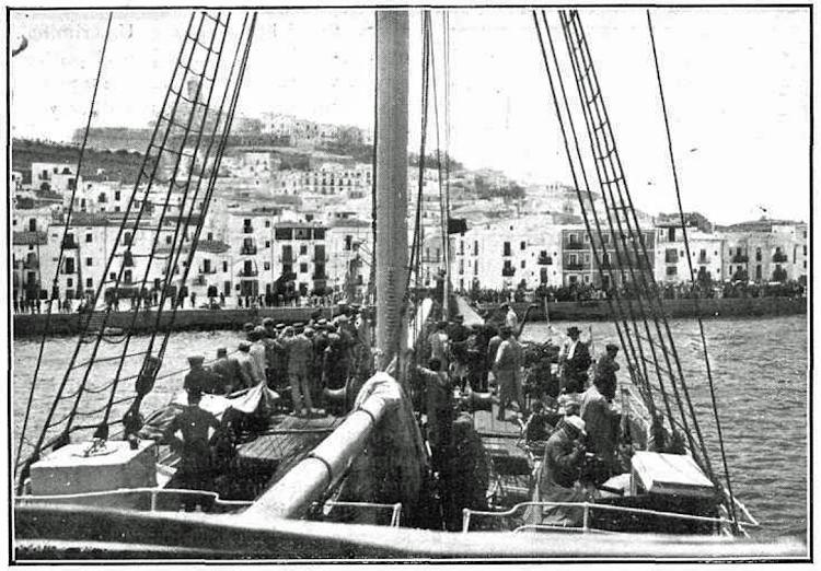 Julio de 1913. Vapor VICENTE SALINAS llegando a Ibiza con una excursion del Ateneo. Foto La Ilustracio Catalana. 3 de agosto de 1913.png
