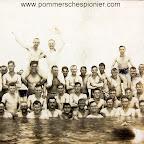 "Pleasure of the sea shore ""The crew of the Zeebrugge station bathes"""