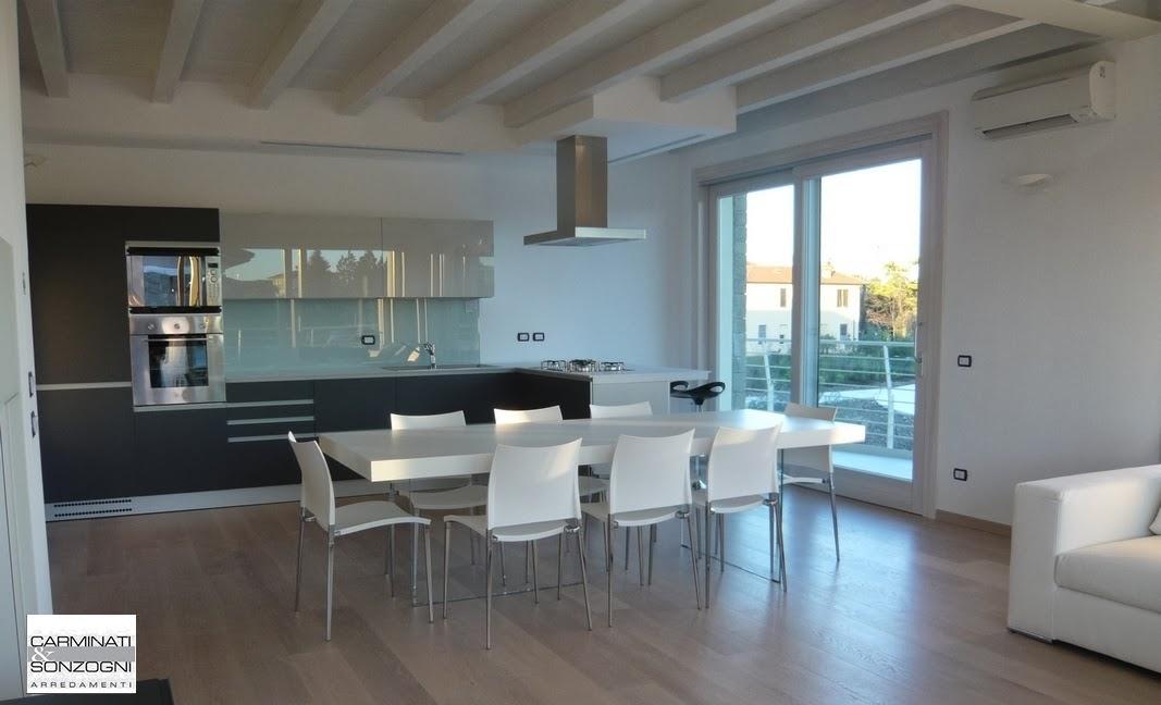 cucina Vacucine con ante in vetro opaco, piani e schienali in vetro lucido, tavolo Air di Lago, sedie di Desalto, consegnata in provincia di Bergamo._cr.jpg