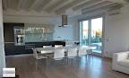 cucina Valcucine con ante in vetro opaco, piani e schienali in vetro lucido, tavolo Air di Lago, sedie di Desalto, consegnata in provincia di Bergamo