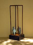 Construção com 4 figuras e base de madeira - 27x8x8 cm - ferro e bronze
