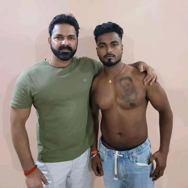 भोजपुर जिले के सुपरस्टार गायक व अभिनेता पवन सिंह की बढ़ाई गई सुरक्षा,हाथ काटकर व छाती पर पवन का फोटो का टैटू बनवा मिलने के लिए पहुंचा युवक