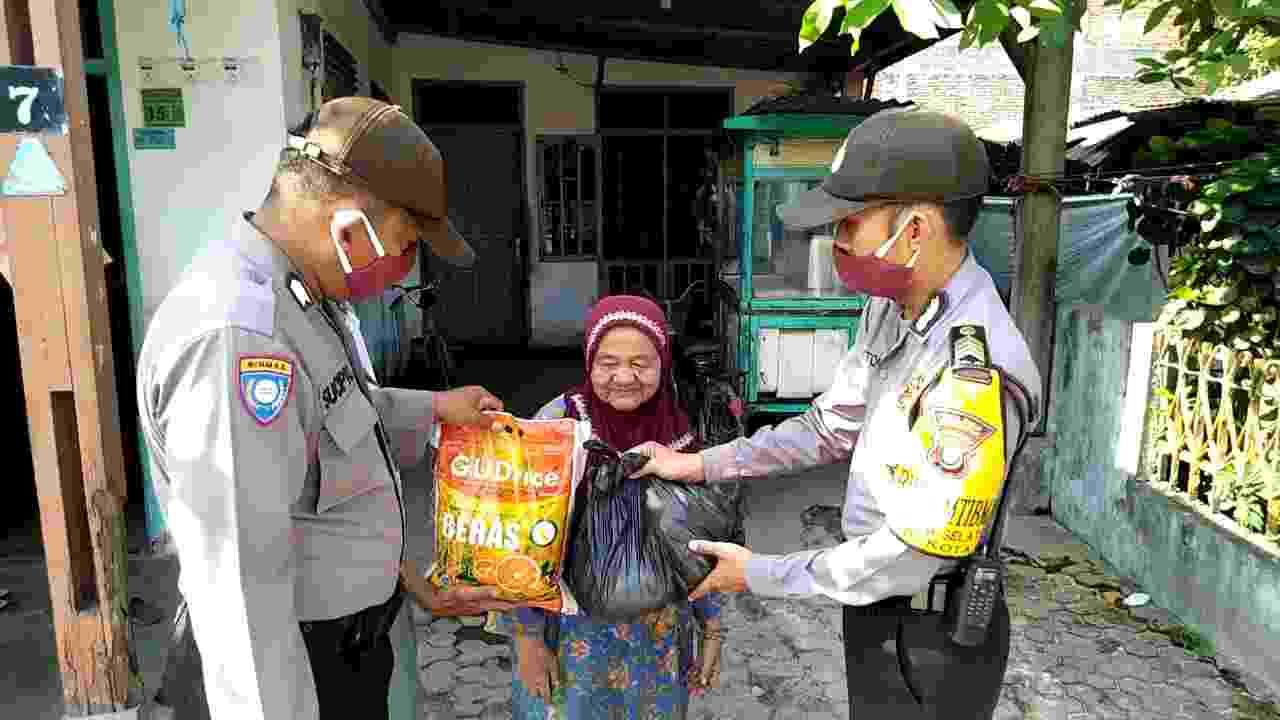 Kapolres Tanjungbalai, Berikan Bansos Kepada Masyarakat Kurang Mampu, Dalam Bentuk Paket Sembako.