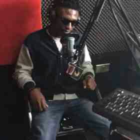 Video: EFE Forgets the lyrics of his latest song live on Radio