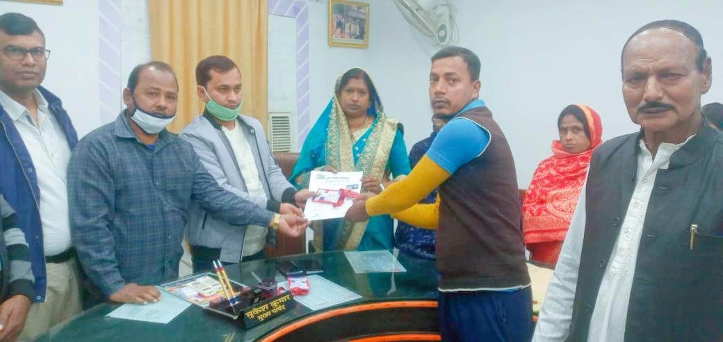 जगदीशपुर नपं सभागार में फुटकर विक्रेताओं को दिया गया पहचान व प्रमाण पत्र