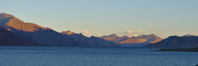 Ultimele raze de soare peste capatulul lacului. Din cei 50 de kilometri mai bine de o treime sunt dincolo de granita chinezeasca.