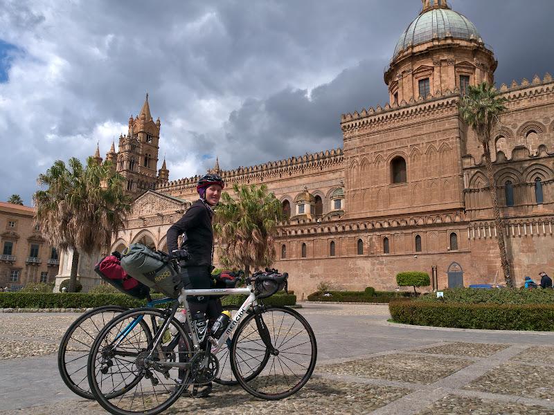 Gata de plecare de la kilometrul 0, catedrala din Palermo.