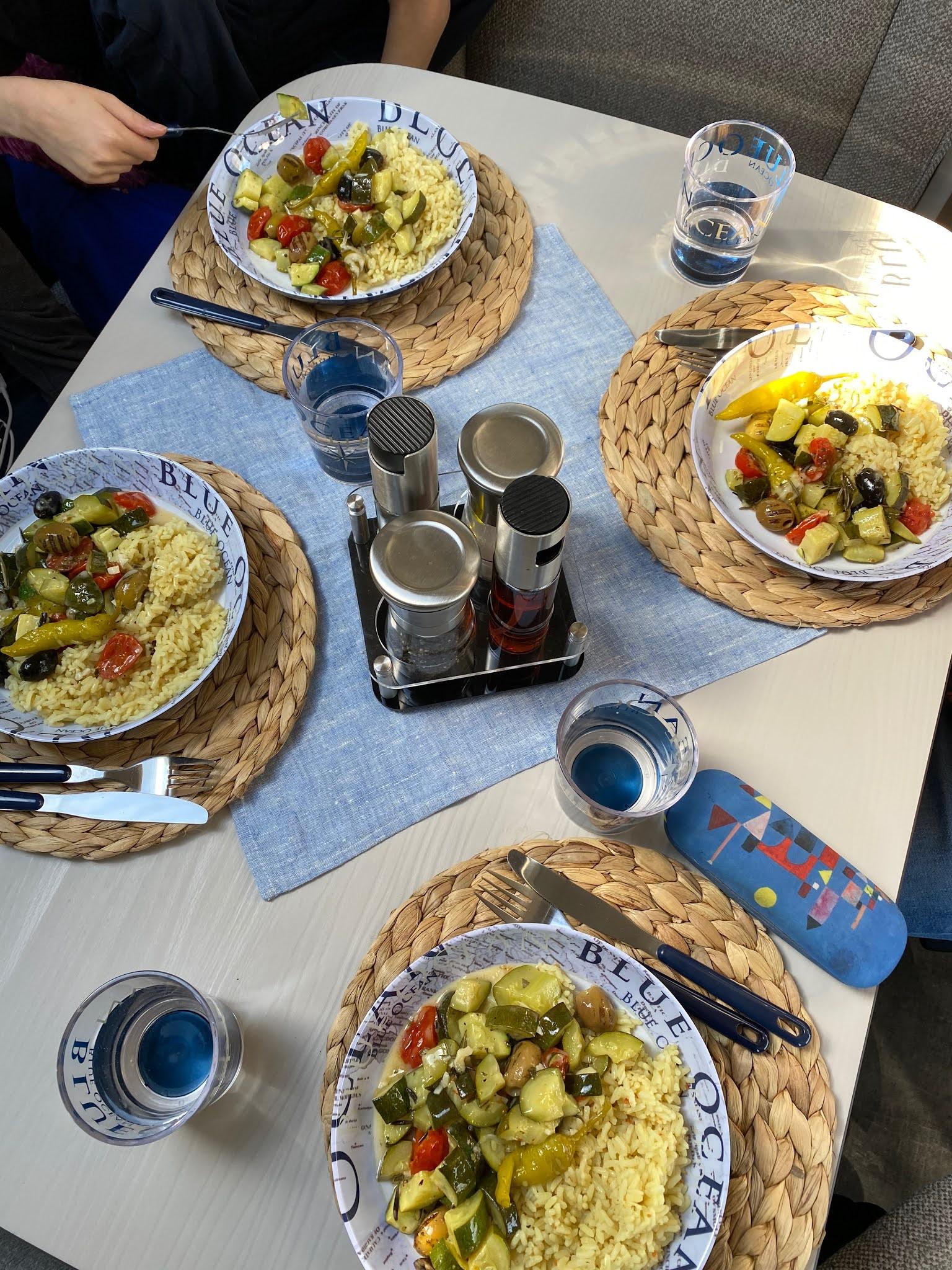 Mediterrane Gemüsepfanne mit Reis im Omnia