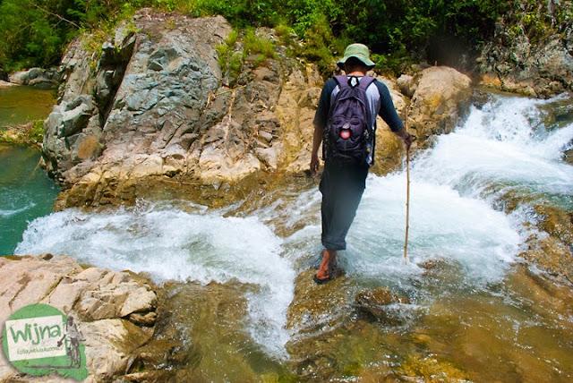 Petualangan seru trekking menyusuri sungai indah, cantik, dan bersih yang ada di Taman Wisata Kedung Sidandang di Kaligono, Purworejo, Jawa Tengah