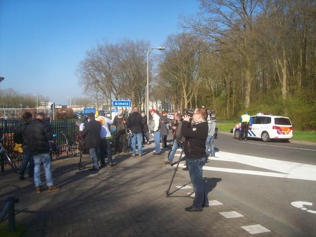0 - als we arriveren zijn pers en politie al aanwezig