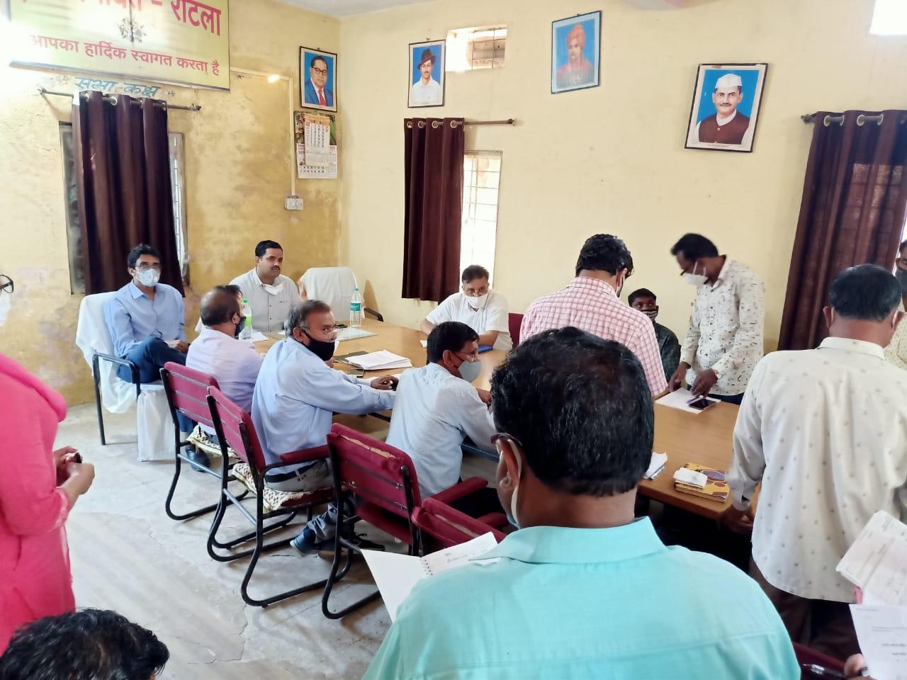 Jhabua News-  कलेक्टर रोहित सिंह द्वारा विभिन्न ग्रामों का भ्रमण कर निर्माण कार्यो की समीक्षा की