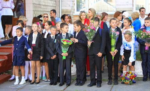 В житомирской гимназии №23 прошла торжественная линейка, посвященная Дню знаний. ФОТО