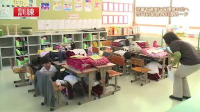 siswa sembunyi di bawah meja, Latihan gempa siswa SD di Jepang