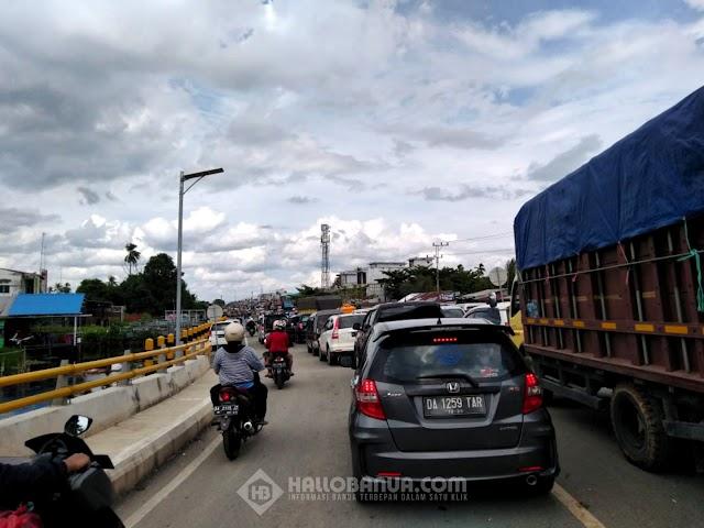 Handil Bakti Macet Total,  Ribuan Kendaraan Mengular Dari Jembatan Alalak 2 Hingga Semangat Dalam