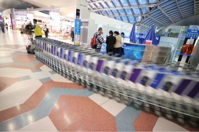 スワナンプーム空港のカートのお片付け