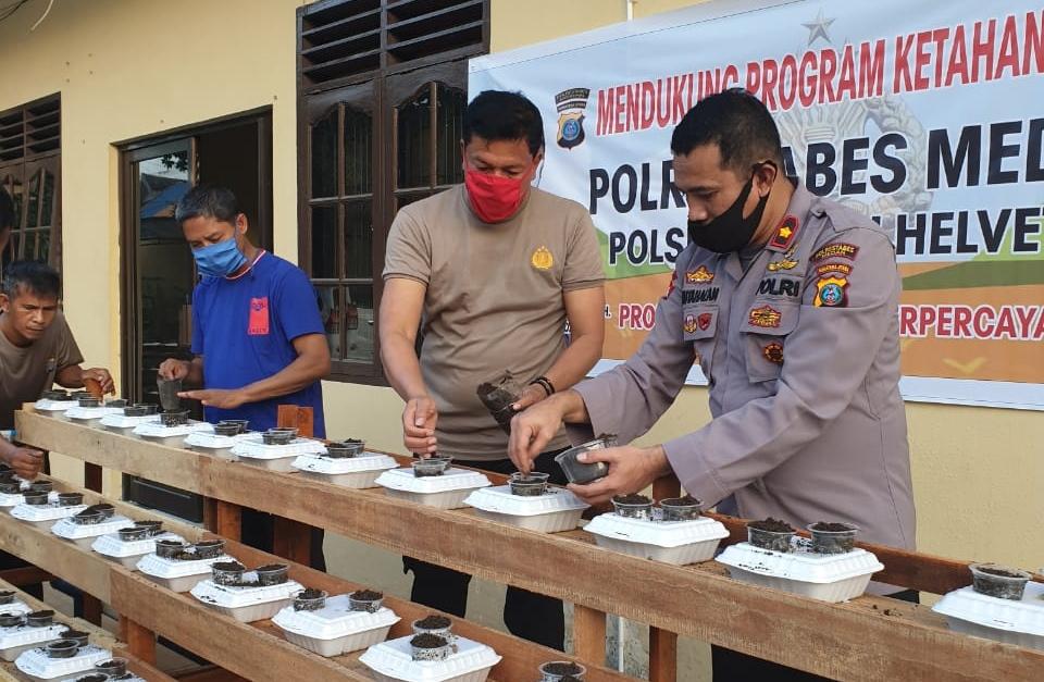 Kapolsek Medan Bersama Personil Melakukan Perawatan Kangkung Styrofoam