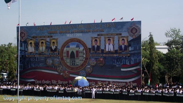 Background Besar Khutbatu-l Arsy di belakang peserta upacara