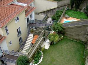 Жилые дома под стенами крепости Святого Георгия в Лиссабоне