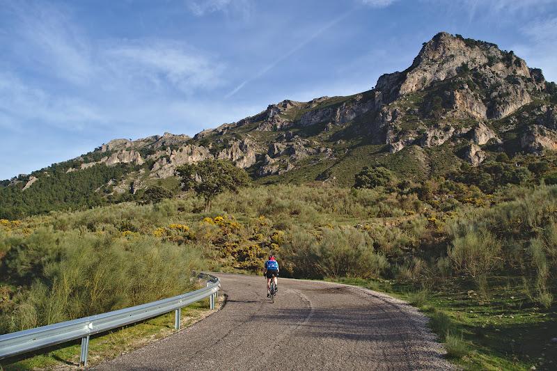 Si totusi nu toate sosele sunt impecabile, aici un asfalt cat se poate de faultat inconjurand muntele spre Casarabonnela.