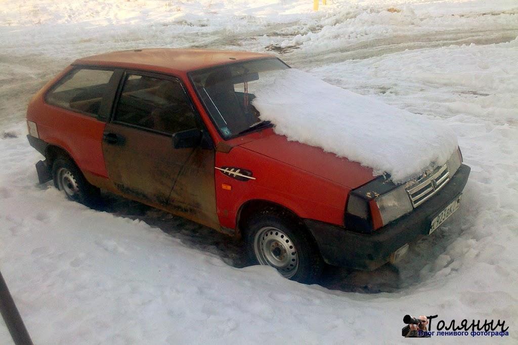 И еще раз улица Тульская. В мороз машина не завелась, вот и оставили до тепла.