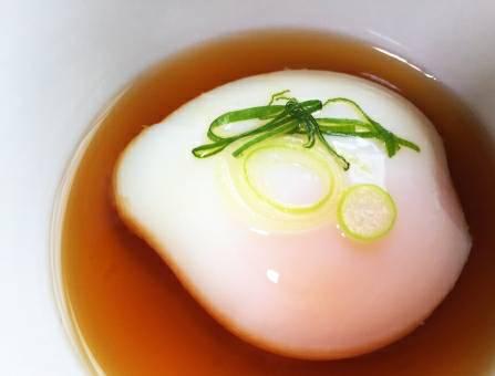 だし醤油をかけた温泉卵