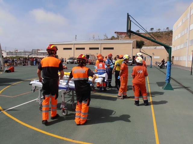 Esperando la salida de los primeros pacientes evacuados.