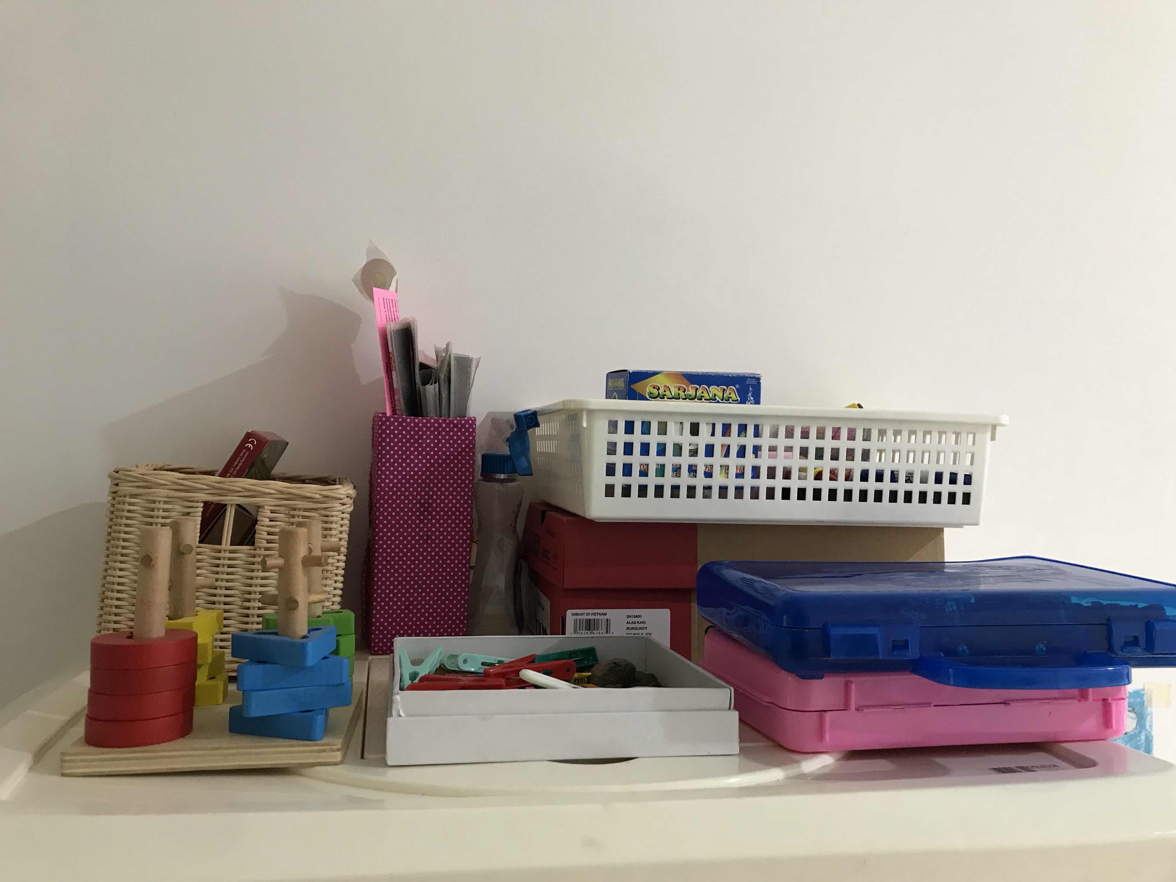 Mainan mainan sebagian saya simpan di rak baju saya yang kebetulan ada space kosong Box2 diatas tempat tidur tingkat dirapikan dan posisi rak mainan sudah