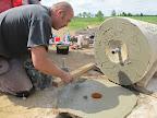 Natřít speciálním lepidlem na kámen...