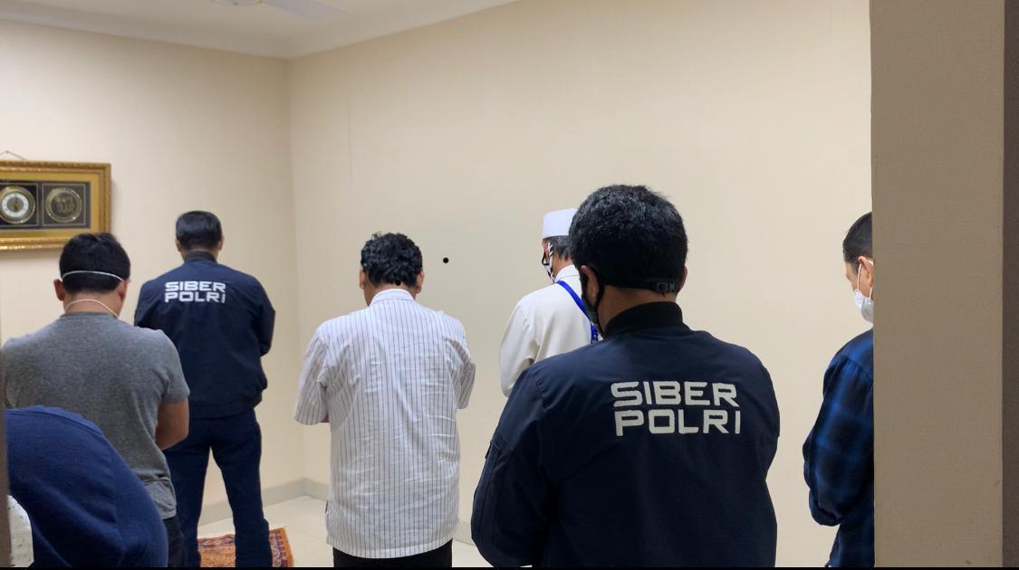 Gus Nur Khusyuk menjadi Makmum Sholat di Bareskrim di Sela Pemeriksaan