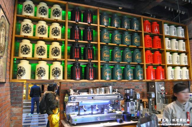 宮原眼科架上放著不同設計的茶葉罐