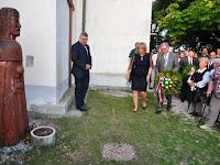 05 Czimbalmosné Molnár Éva férjével koszorúznak.jpg