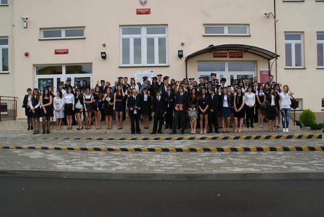 Zakończenie Gimnazjum przed budynkiem bis - DSC08131_1.JPG