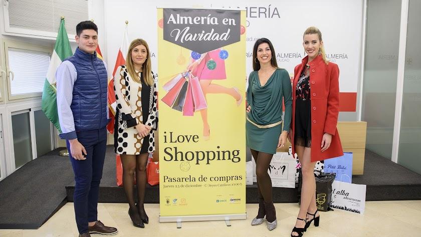 Carolina Lafita y Rosalía Navarro en la presentación junto a los modelos Ismael y Miriam.