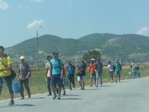 Hranici mezi Makedonií a Srbskem překonají uprchlíci opět pěšky. (Foto: Emanuela Macková, ČvT)