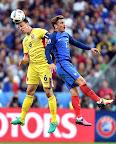 A román Vlad Chiriches (b) és a francia Antoine Griezmann a franciaországi labdarúgó Európa-bajnokság Franciaország-Románia mérkőzésén, 2016. (MTI Fotó: Illyés Tibor)