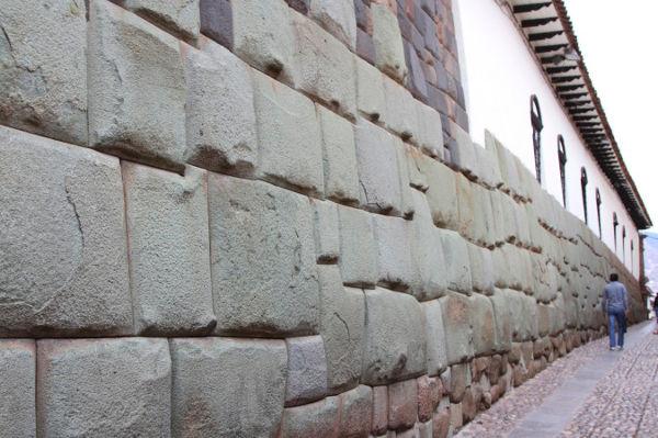 Palacio del Inca Roca donde está la piedra de los doce ángulos