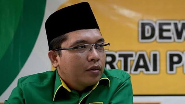 Foto: Achmad Baidowi. Denny Siregar Berhak Gugat Telkomsel Rp 15 Triliun.