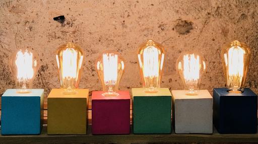 lampe cube en béton coloré