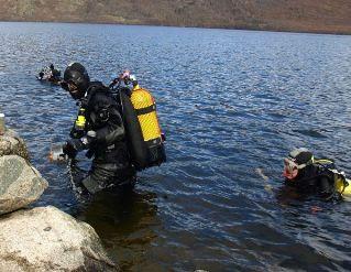 Buceadores entrando al agua