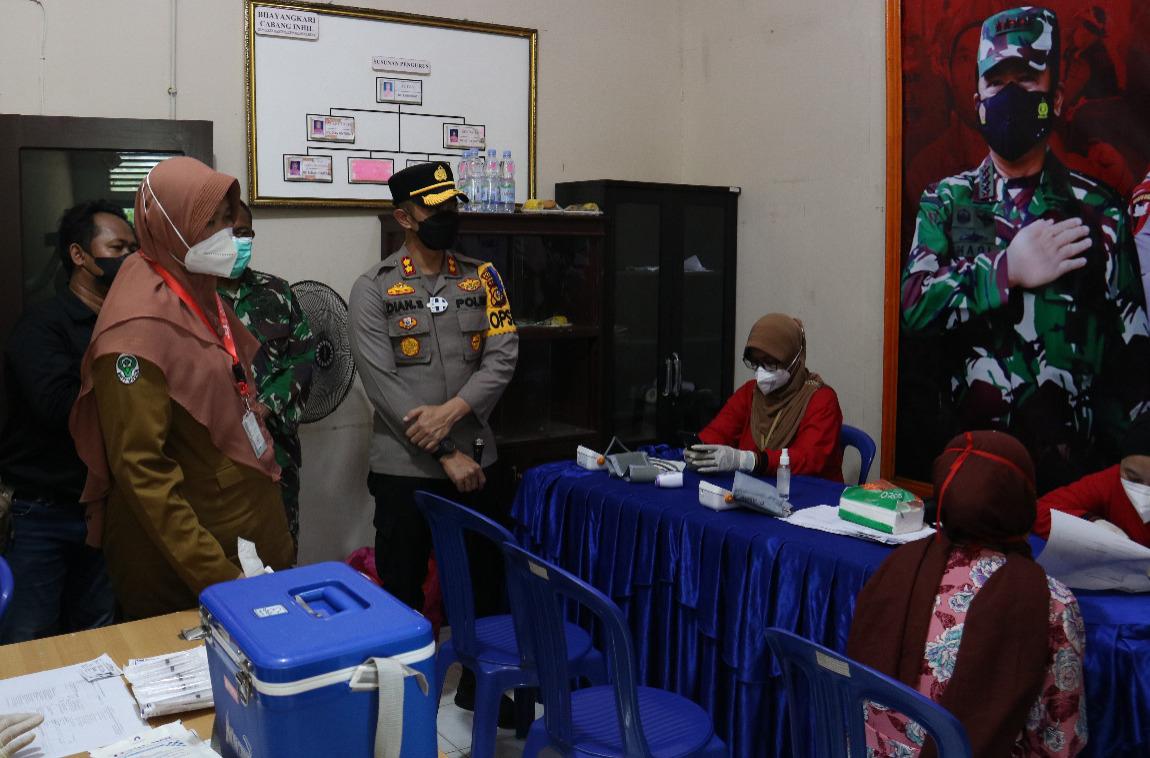 Kapolres Inhil Tinjau Pelaksanaan Vaksin di Tembilahan Hulu, Riau