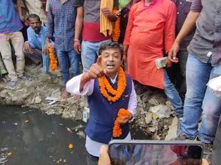 मधेपुरा/Bihar Polls:नामांकन के बाद नाले में उतरे लोजपा प्रत्याशी, कहा- यहीं बगल में ठहरते हैं सीएम तो इस पर पर्दा डाल देते हैं चहेते
