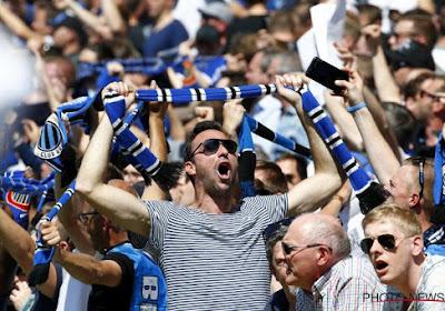 📷 🎥 Waanzin! De spelersbus van Club Brugge wordt onthaald in blauw-zwart rookgordijn