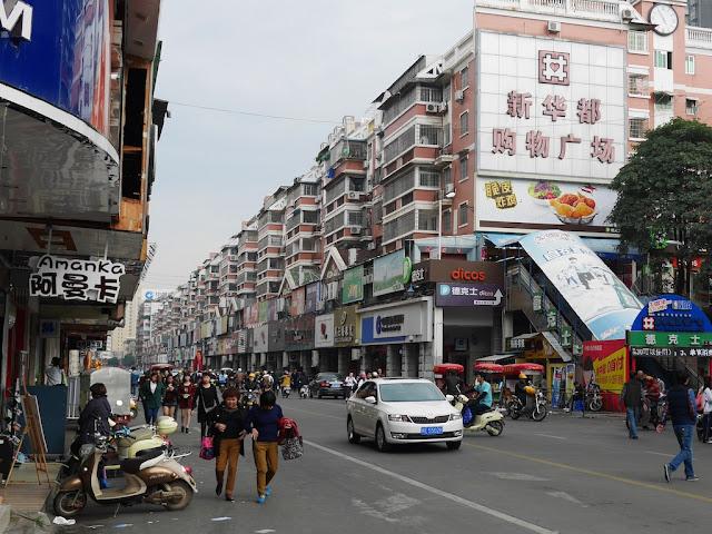 Xinhua East Road (新华东路) in Zhangzhou